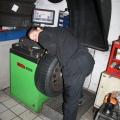 Da wird gerade ein Reifen ausgewuchtet
